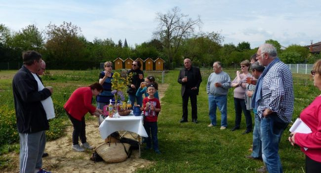 Tous les artisans de ce beau projet se sont retrouvés pour souhaiter une longue vie aux jardins familiaux bio de L'Isle-en-Dodon./Photo DDM