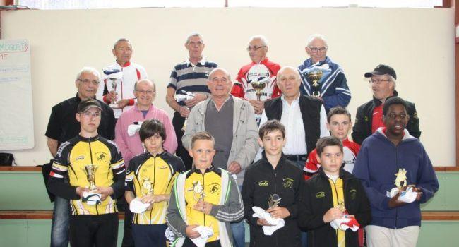 Les représentants des clubs les plus largement représentés ont été récompensés, tout comme ces sept jeunes cyclistes venus du Gers./Photo DDM, Y.CS)