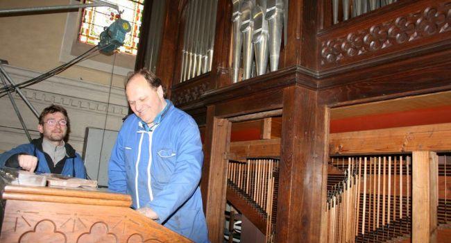 Les facteurs d'orgue, à pied d'œuvre au cœur de l'instrument lors de la restauration de l'orgue Magen de L'Isle-en-Dodon en 2012./Photo DDM, archives Y.CS)