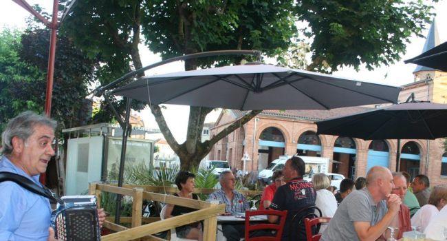 Un repas gai et gourmand en musique au son de l'accordéon sur la terrasse de L'Aventure./Photo DDM, Y.CS