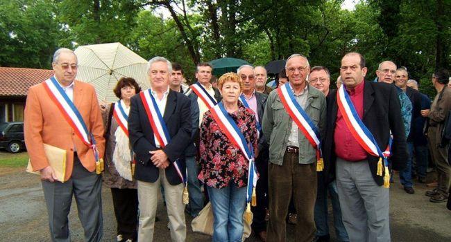 En mai 2008, une centaine d'élus de L'Isle-en-Dodon, Aurignac et Aspet s'était alliée et était montée aux créneaux pour défendre leurs trésoreries en allant braver le trésorier-payeur général le 16 mai au Bois Perché à Aspet, où se déroulait un séminaire avec quatre-vingts cadres du Trésor Public./Photo DDM, archives YCS
