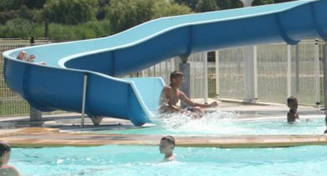 Des cours d'aquagym sont proposés les lundis et jeudis soirs et ceux de natation, du lundi au vendredi de 10 heures à 12 heures.