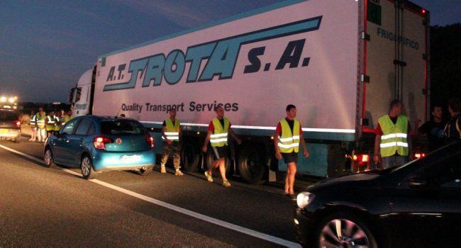 Tous les camions venant d'Espagne ont été contrôlés hier soir. /Photos DDM, AM.
