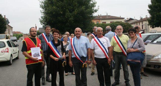 Après un tour du marché, le cortège des élus et des militants CGT a fait un tour de ville pour continuer à informer la population et les commerçants sur le projet de fermeture de la trésorerie. / Photo DDM.