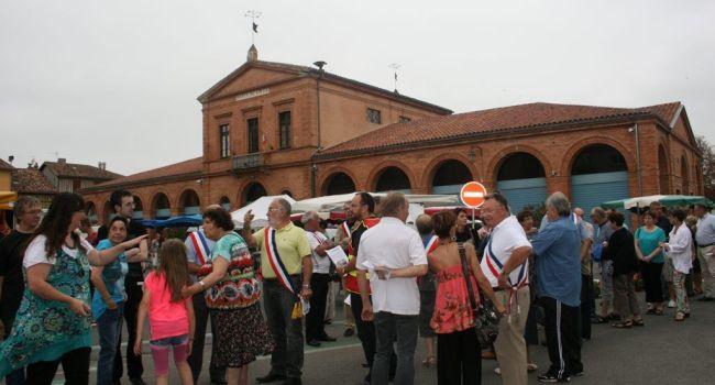 En juillet, les élus du canton s'étaient mobilisés sur le marché et étaient allés à la rencontre des habitants pour les informer quant au devenir de leur trésorerie./ Photo DDM, archives Y.CS