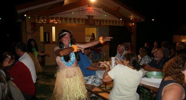 Au cours de la soirée, un Tahitien des « Îles Endodons » a surgi de la nuit, provoquant la surprise des convives et des rires aussi. /Photo YCS.