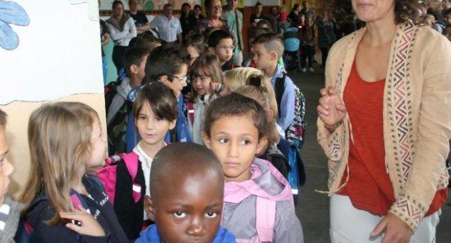 Ça y est, c'est le grand jour et les élèves regagnent leur salle de classe./ Photo DDM, Y.CS