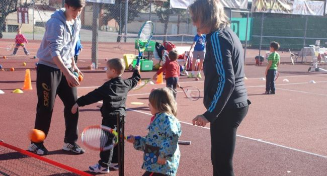 Dès l'âge de 4 ans, les enfants peuvent s'initier aux «Petits Sumos» du mini-tennis./Photo DDM