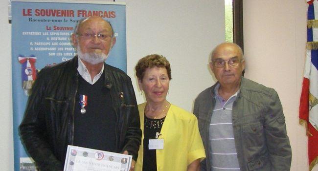 Lors de la récente assemblée générale du Souvenir Français à L'Isle-en-Dodon, plusieurs personnes ont été récompensées par Josette Baqué et le commandant Francis La Haye, dont Claude Tajan avec la médaille d'argent./ Photo DDM, Yvelise Charette-Sénac