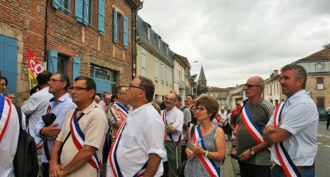 En juillet dernier, population, élus et délégation de la CGT 31 avaient défilé dans les rues pour se rendre symboliquement devant la trésorerie./Photo DDM archives, Y.CS