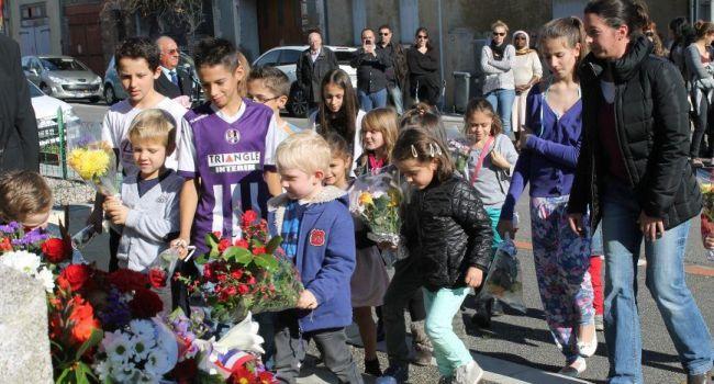 Les écoliers ont participé et ont déposé de petits bouquets de fleurs au pied du monument aux morts. / Photo DDM
