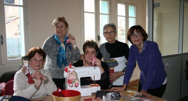 Rose, Colette, Louisette, Christine et Marie-Jo se retrouvent chaque lundi après-midi de 14 heures à 17 heures dans les locaux du CCAS avec un plaisir évident./Photo DDM, Y.C-S