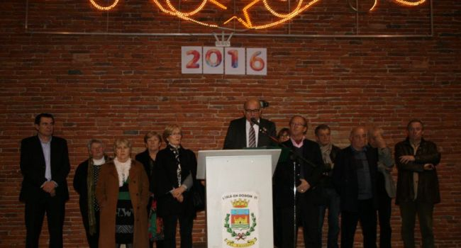Entouré par une grande partie du conseil municipal, le maire a présenté ses vœux vendredi soir et est revenu sur les faits marquants de l'année écoulée./Photo DDM, Y.C-S