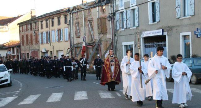 Après la messe, la procession s'est dirigée vers le monument aux morts en présence de nombreux sapeurs pompiers.
