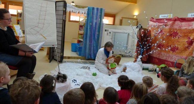 Bénédicte a lu un conte de saison sur l'hiver et Agnès l'a animé en faisant évoluer ses belles marionnettes dans ce décor blanc, pour le plus grand plaisir des nombreux enfants présents./Photo DDM