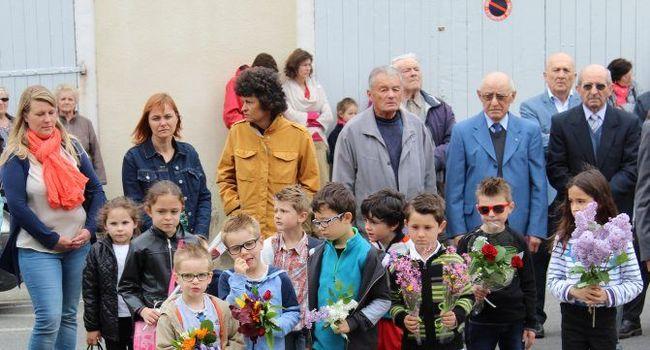 Les enfants ont pris part à la cérémonie et ont déposé de petits bouquets de fleurs./Photo DDM, Y.C-S