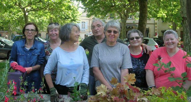 Des jardinières volontaires ont repiqué des fleurs vivaces dans l'ancien lavoir du Pré Commun./