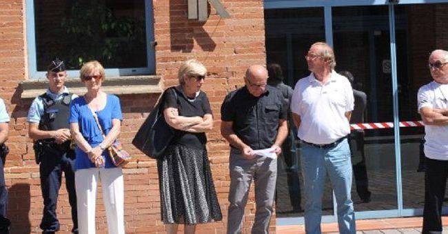 Quelques dizaines de personnes étaient présentes devant la mairie./PhotoDDM.