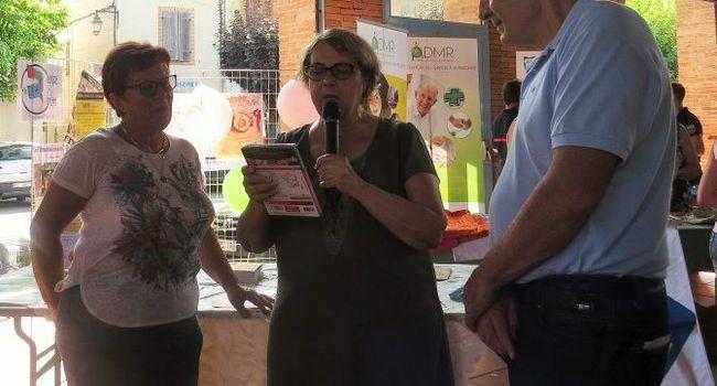 Suzanne Fabre a remis son lot à Jeannette Bergounan. / Photo DDM YCS