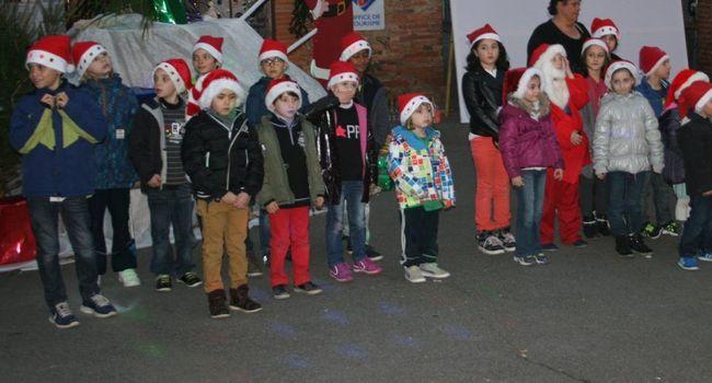 Les écoliers participent au marché de Noël, ils préparent et décorent des chars. /Photo DDM Y.C-S