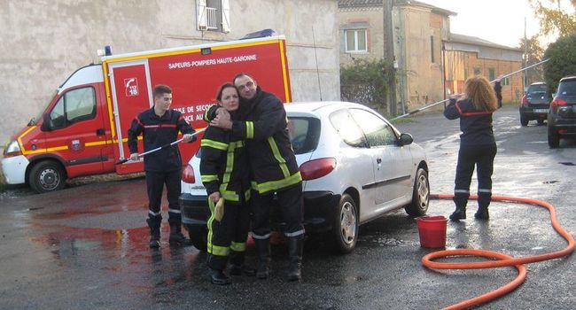 Les sapeurs pompiers L'Islois ont lavé quarante-cinq voitures samedi lors de l'édition du Téléthon 2016./Photo DDM