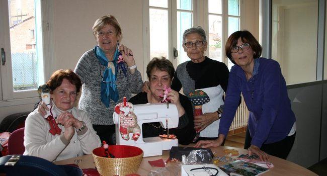 Le CCAS propose régulièrement des ateliers, comme ici, celui de la couture. /Photo DDM Y.C-S