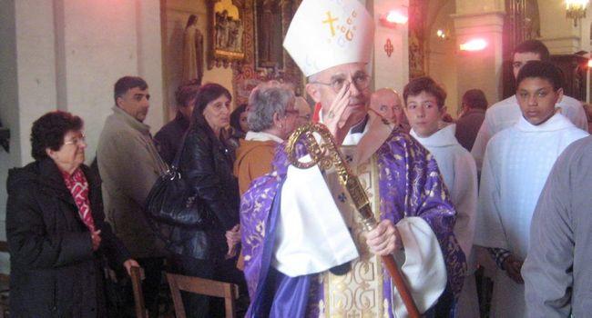 À la sortie de la messe, temps fort lors de sa visite, Mr Le Gall a serré la main de tous les paroissiens./ Photo DDM
