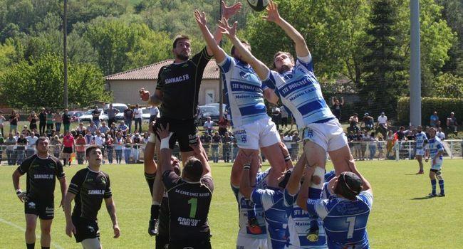 Les joueurs de l'USL ont dominé le combat aérien./ Photo DDM Maxime Noix