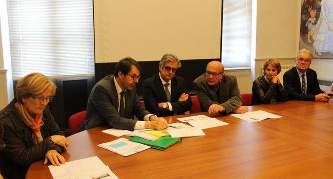 Aux côtés de Georges Méric, Bertrand Looses directeur général des services, a montré les plans du projet aux élus./Photo DDM, Y.C-S.