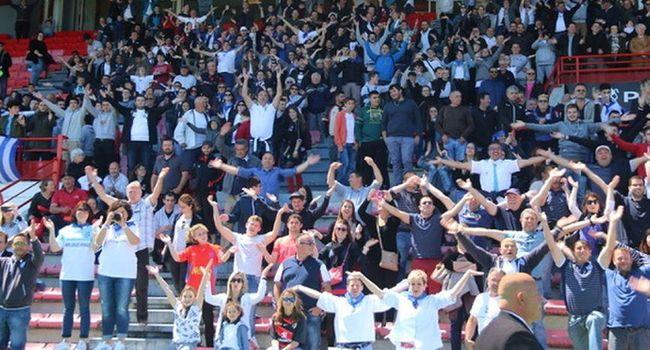 Le peuple l'Islois a fait un beau clapping pour célébrer la victoire des siens./ Photo DDM, Catherine Magnoac.