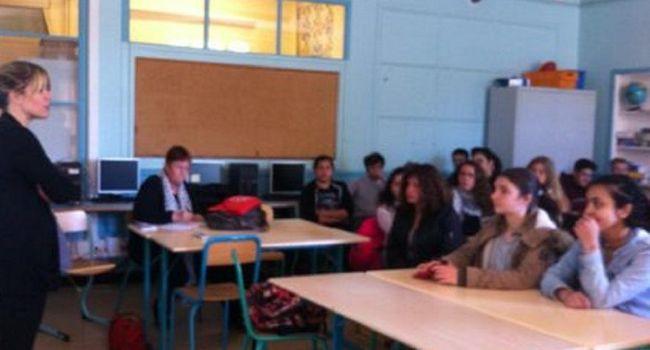 Les collégiens ont été très attentifs en écoutant le parcours de la poche de sang. / Photo DDM