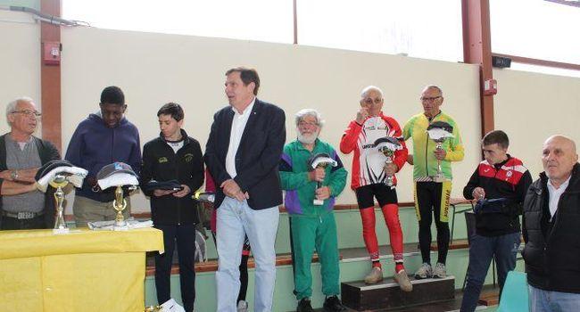 Les représentants de clubs ont reçu médailles, coupes et félicitations./Photo DDM.