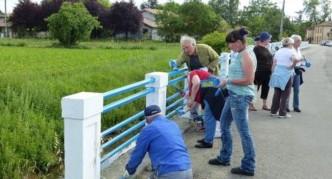 Trente-cinq bénévoles ont rénové la rambarde le long du canal face au cimetière./Photo DDM
